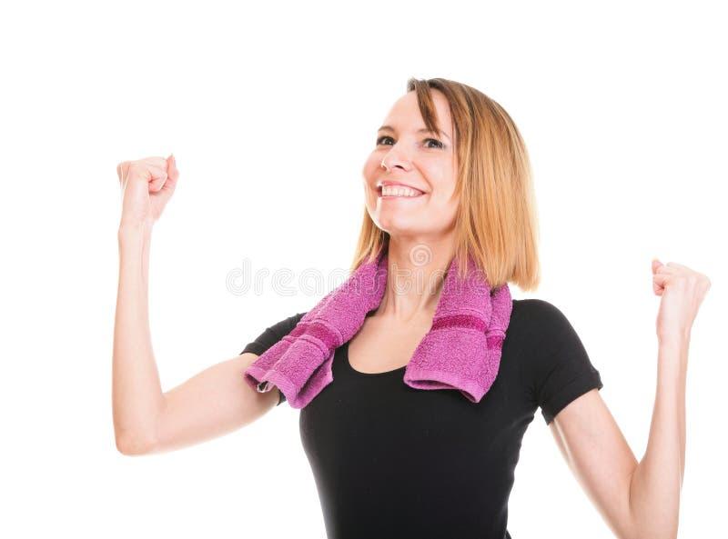 Mujer de la aptitud que salta a la hembra aislada emocionada que sonríe mostrando a MU fotografía de archivo