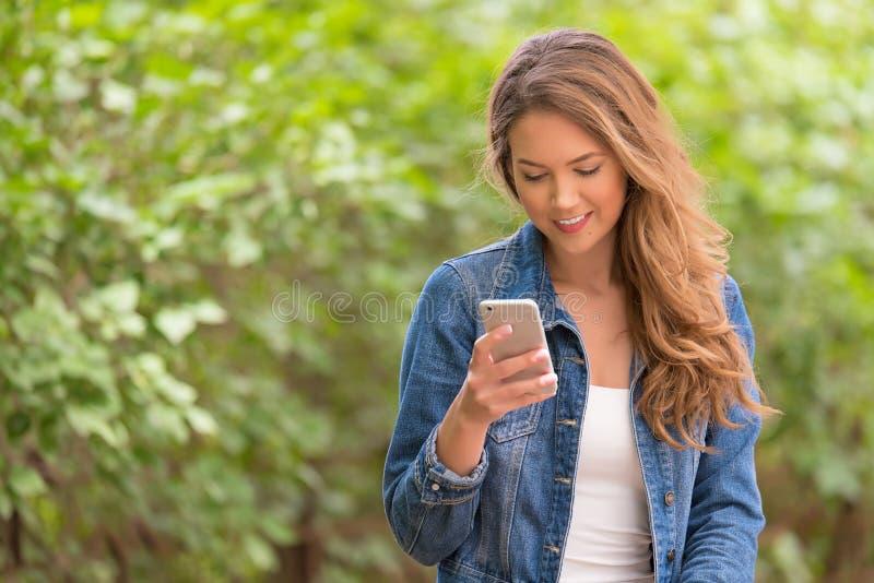 Mujer de la belleza con el teléfono a disposición imágenes de archivo libres de regalías