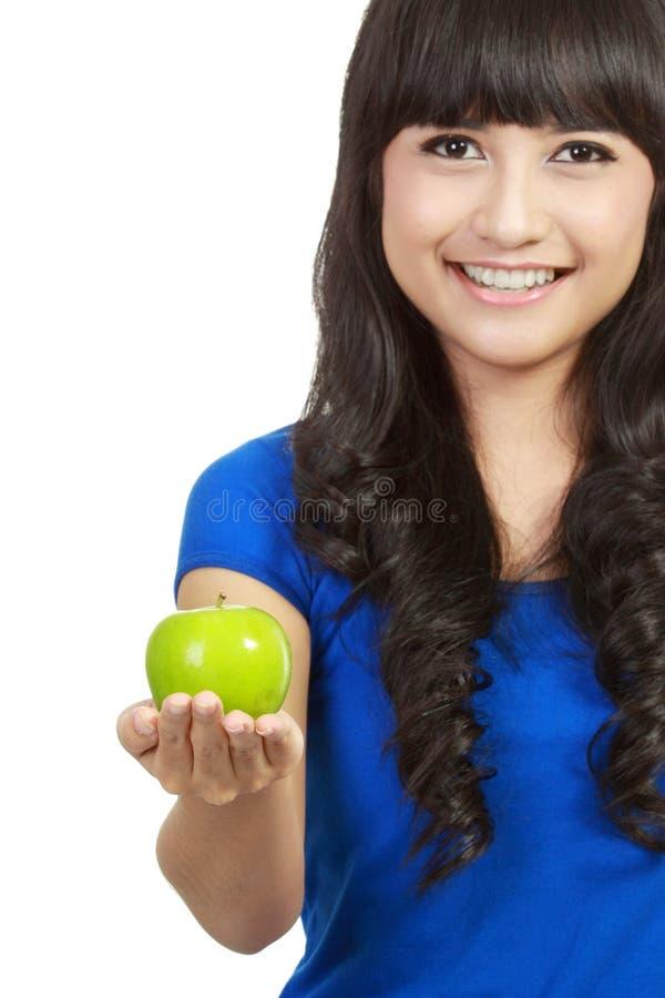 Mujer de la belleza con la manzana verde imágenes de archivo libres de regalías