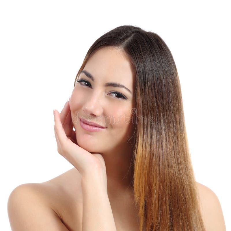 Mujer de la belleza con la piel perfecta y el pelo teñido imagen de archivo libre de regalías