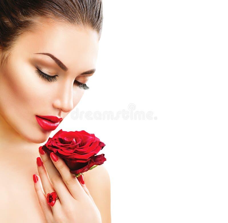 Mujer de la belleza con la rosa del rojo imagenes de archivo