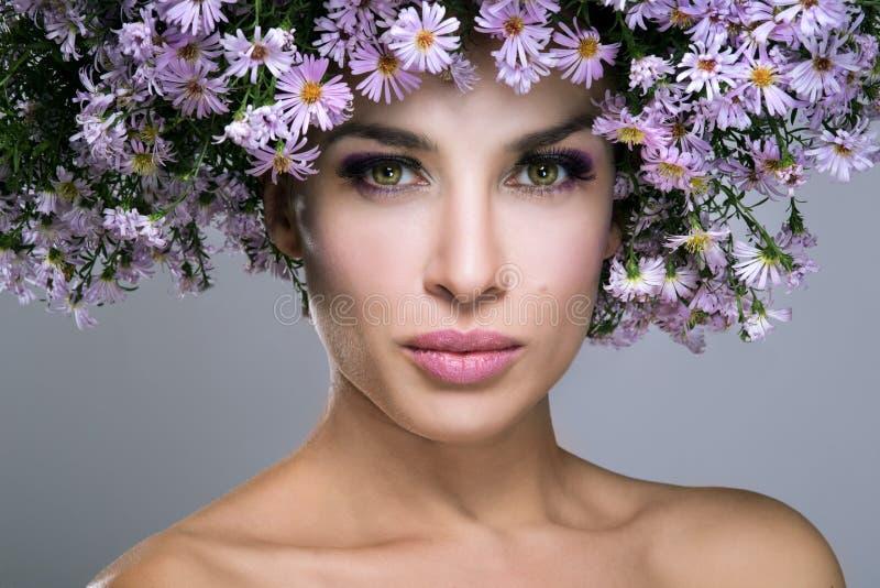 Mujer de la belleza con las flores imágenes de archivo libres de regalías