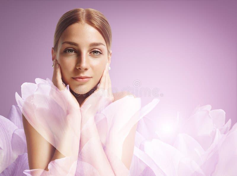 Mujer de la belleza con las flores fotos de archivo libres de regalías