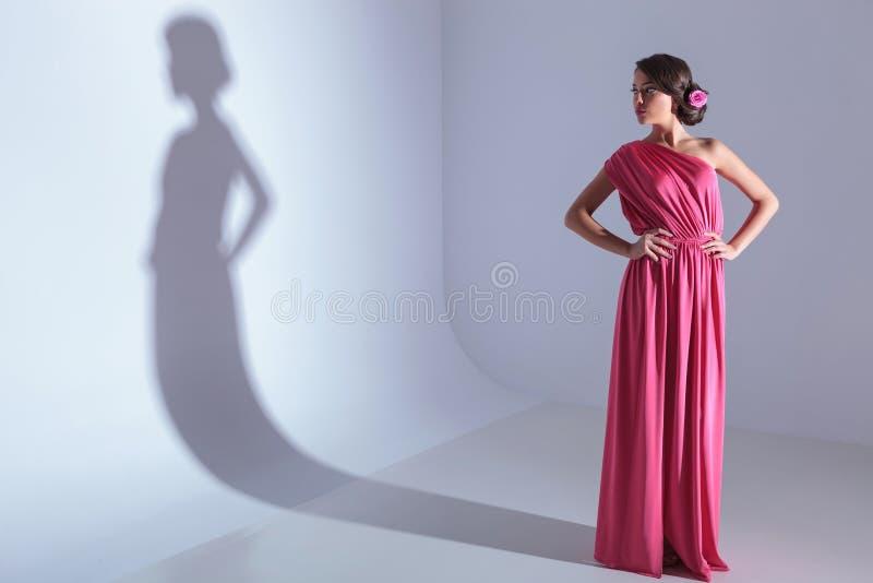 Mujer de la belleza con las manos en sus caderas fotos de archivo libres de regalías