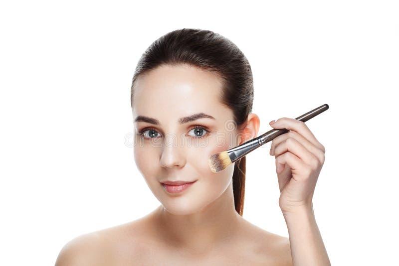 Mujer de la belleza con los cepillos del maquillaje Maquillaje natural para la morenita Wo imagen de archivo libre de regalías