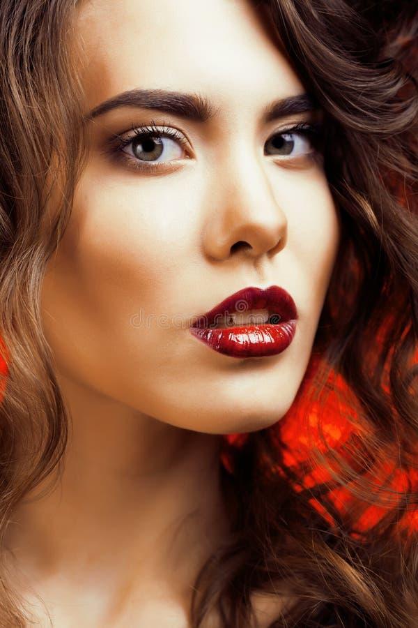Mujer de la belleza con maquillaje profesional hermoso del día de fiesta del maquillaje perfecto Cara roja de los labios y de las foto de archivo