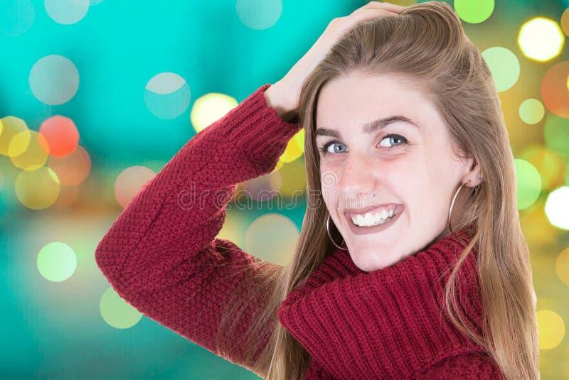 Mujer de la belleza con sonrisa perfecta y los dientes blancos en una calle por la tarde fotografía de archivo libre de regalías