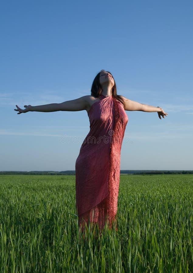 Mujer de la belleza contra el cielo durante puesta del sol imágenes de archivo libres de regalías