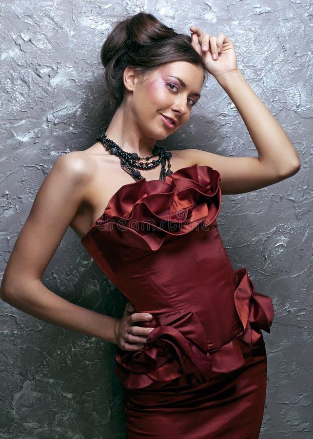 Mujer de la belleza en alineada roja foto de archivo libre de regalías
