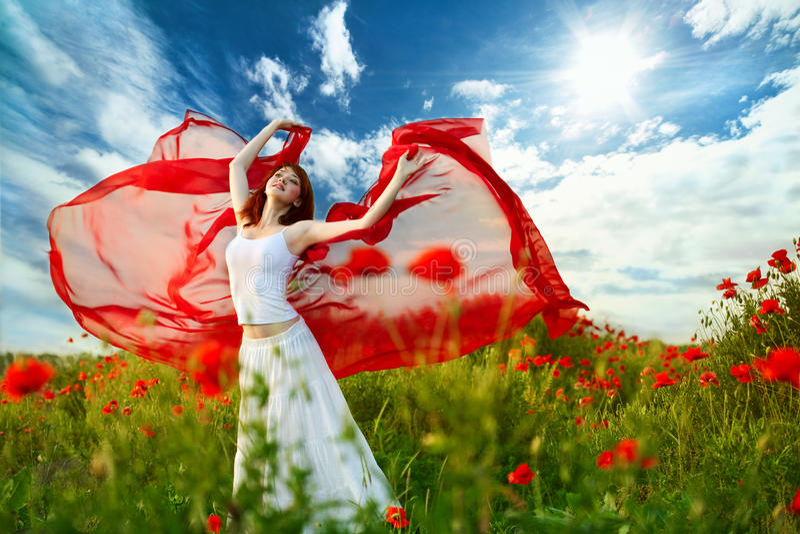 Mujer de la belleza en campo de la amapola con el tejido fotos de archivo libres de regalías