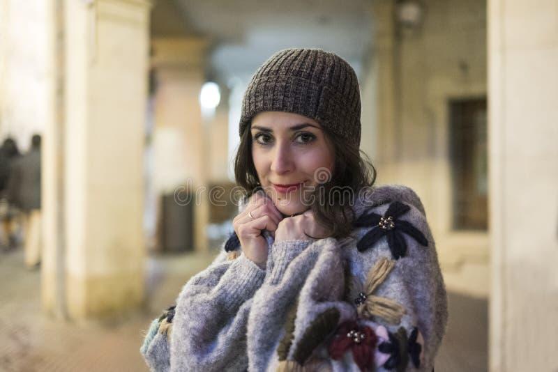 Mujer de la belleza en escena de la noche fotografía de archivo libre de regalías