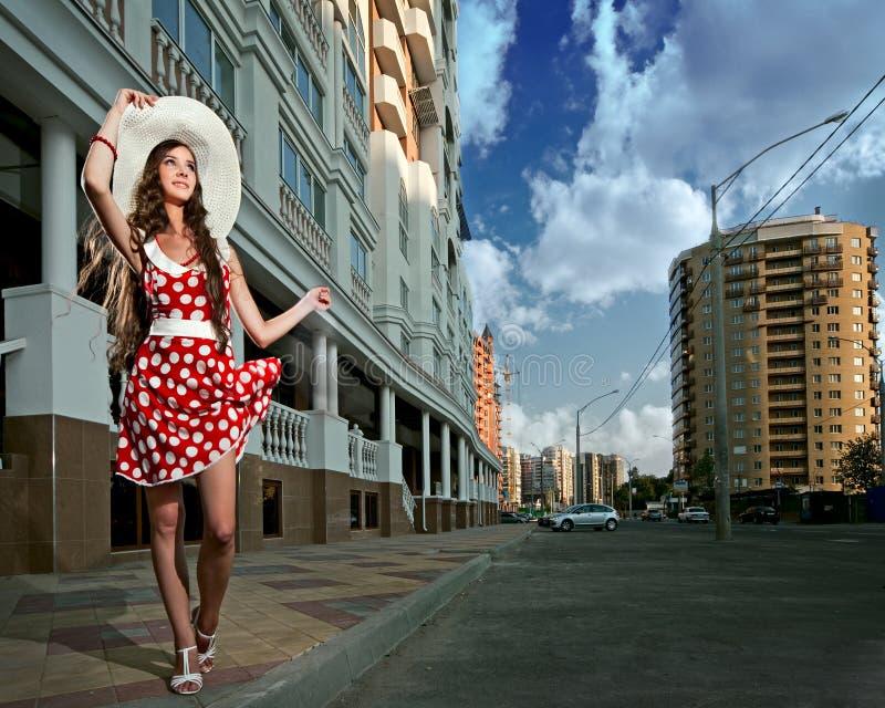 Mujer de la belleza en la ciudad imágenes de archivo libres de regalías