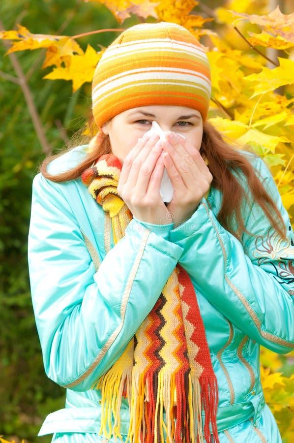 Mujer de la belleza en otoño fotografía de archivo