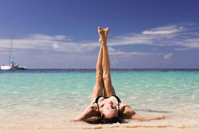 Mujer de la belleza en la playa en el mar del Caribe imágenes de archivo libres de regalías