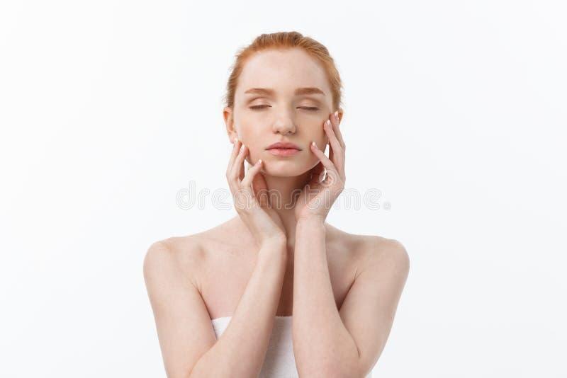Mujer de la belleza Hembra joven hermosa que toca su piel Retrato aislado en el fondo blanco Atención sanitaria Piel perfecta imagenes de archivo