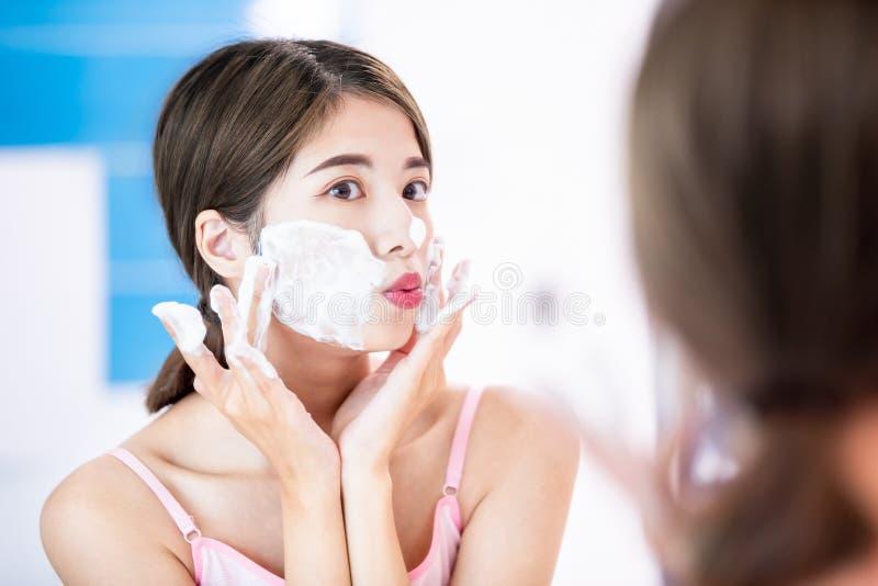 Mujer de la belleza limpia su cara fotografía de archivo