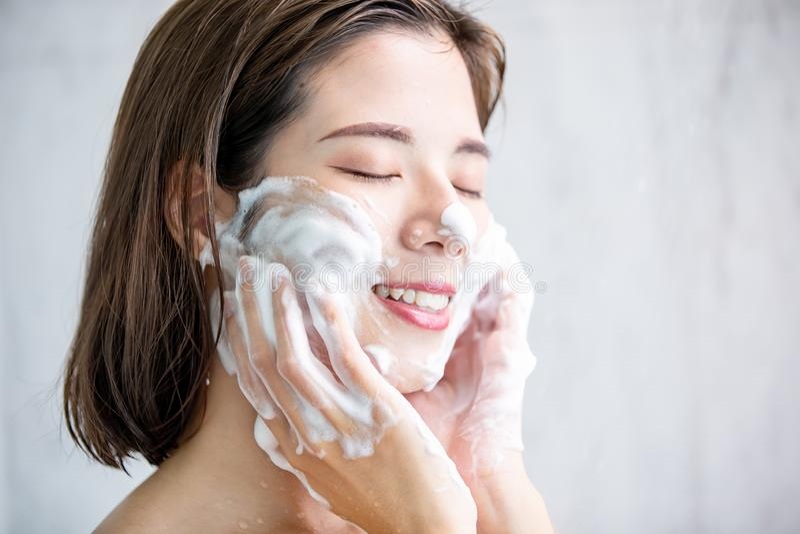 Mujer de la belleza limpia su cara imagen de archivo