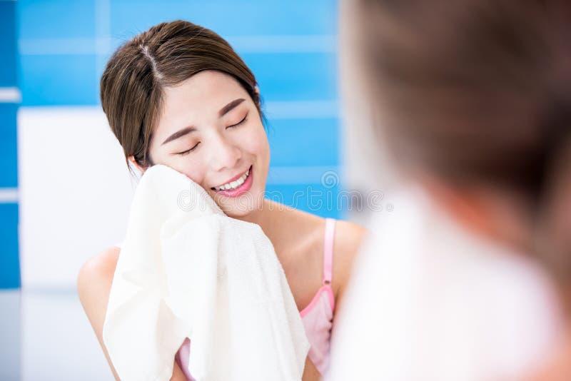 Mujer de la belleza limpia su cara fotos de archivo