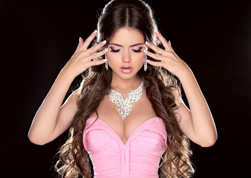 Mujer de la belleza. Modelo de moda Girl con el pelo largo de Brown que muestra el je imágenes de archivo libres de regalías