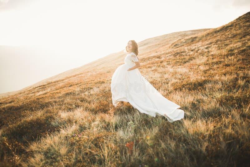 Mujer de la belleza, novia con las montañas blancas perfectas del fondo del vestido fotografía de archivo libre de regalías