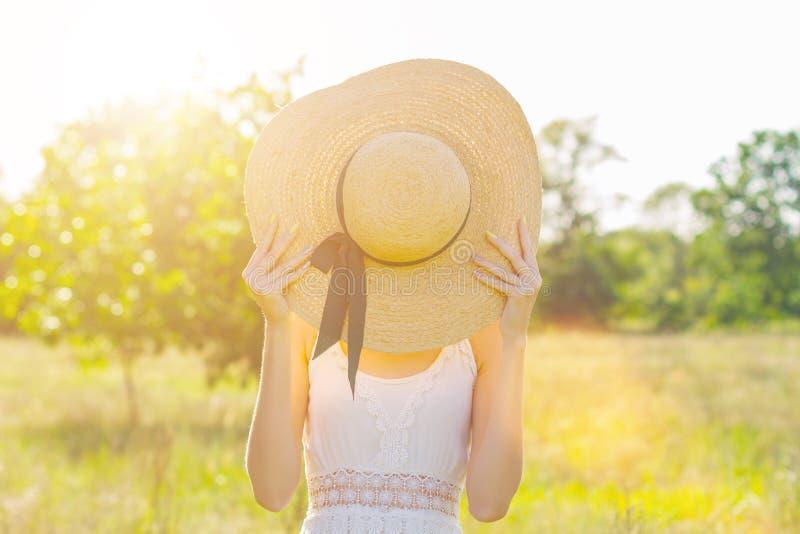 Mujer de la belleza que camina con las flores de la primavera al aire libre en parque en día de primavera caliente imagen de archivo