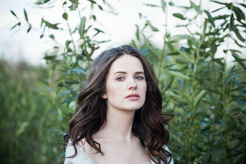 Mujer de la belleza que camina en parque de la primavera solamente Retrato joven perfecto del primer de la cara al aire libre Muc imagen de archivo
