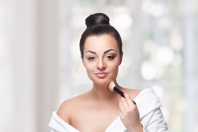Mujer de la belleza que contornea con un cepillo del maquillaje fotos de archivo