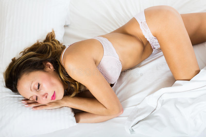 Mujer de la belleza que duerme en ropa interior imágenes de archivo libres de regalías