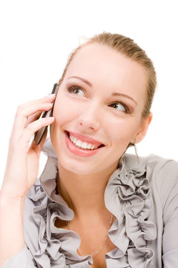 Mujer de la belleza que llama sonrisa del teléfono móvil en blanco fotos de archivo libres de regalías