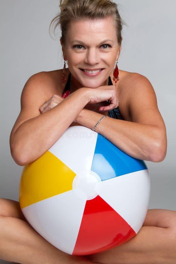 Mujer de la bola de playa fotos de archivo