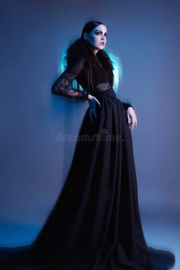Mujer de la bruja de la moda con el maquillaje de Halloween fotos de archivo libres de regalías