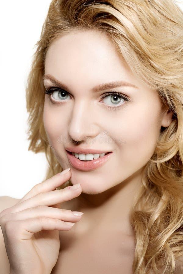 Mujer de la cara de la belleza Modelo sano de la muchacha en salón del balneario Treatm poner crema foto de archivo libre de regalías