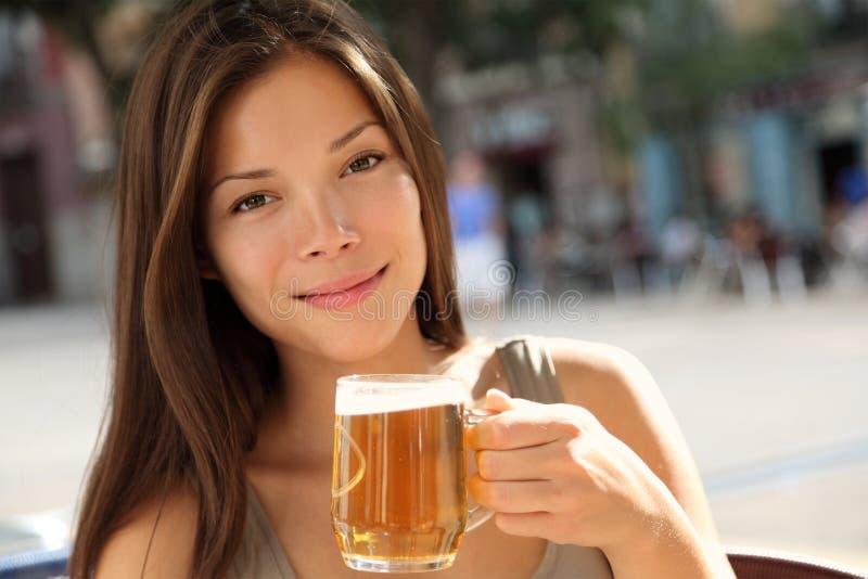 Mujer de la cerveza fotos de archivo libres de regalías