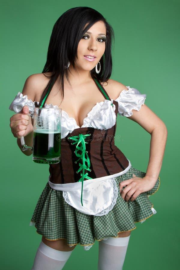 Mujer de la cerveza del St Patricks fotos de archivo