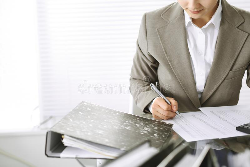 Mujer de la contable o inspector financiero que hace informe, calculando o comprobando la balanza, primer Negocio, auditor?a o im imagenes de archivo