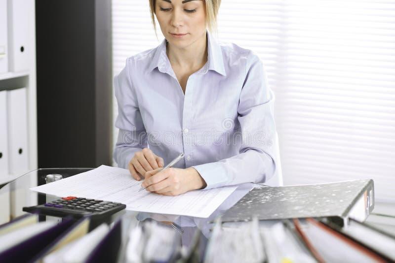 Mujer de la contable o inspector financiero que hace informe, calculando o comprobando la balanza, primer Negocio, auditor?a o im imágenes de archivo libres de regalías