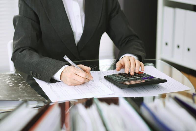 Mujer de la contable o inspector financiero que hace informe, calculando o comprobando la balanza, primer Negocio, auditor?a o im imagen de archivo