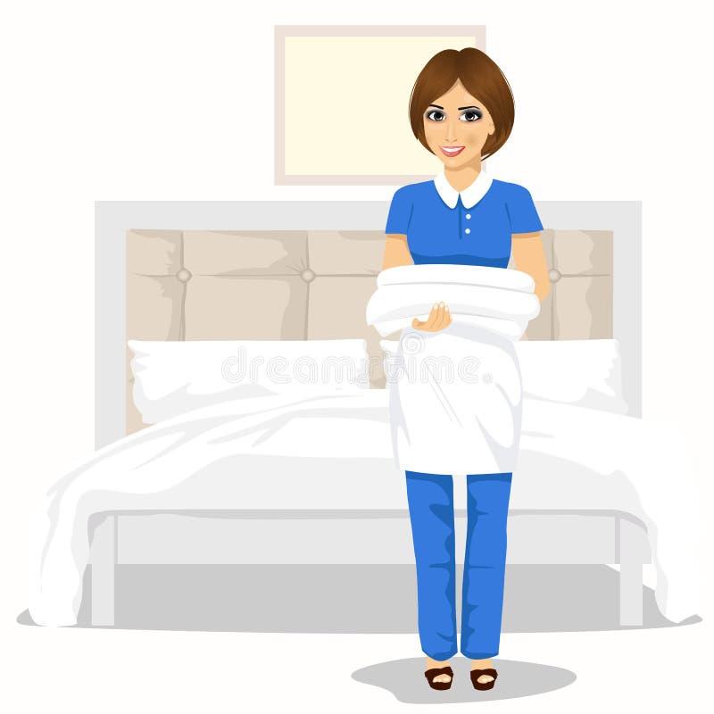 Mujer de la criada con las toallas y las hojas de cama Concepto del servicio de la limpieza de la casa libre illustration