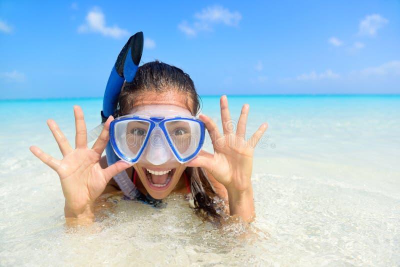 Mujer de la diversión de las vacaciones de la playa en máscara del tubo respirador fotos de archivo libres de regalías