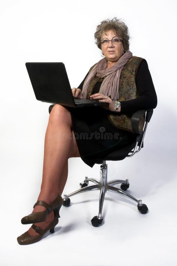 Mujer de la Edad Media con la computadora portátil foto de archivo libre de regalías