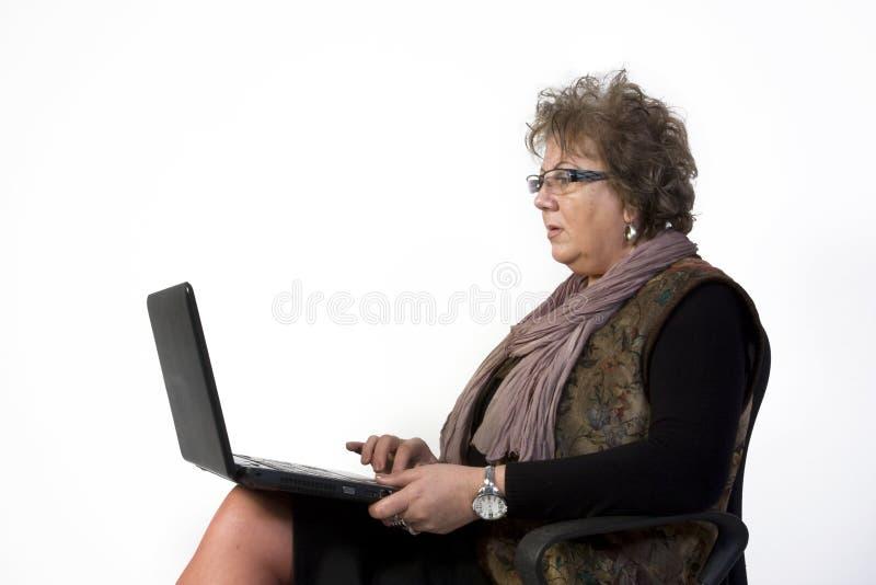 Mujer de la Edad Media con la computadora portátil imagenes de archivo