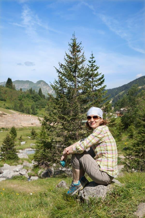 Mujer de la Edad Media en montaña del verano fotos de archivo libres de regalías