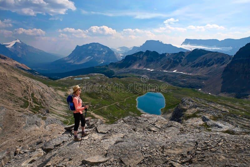 Mujer de la Edad Media que camina en monta?as rocosas canadienses foto de archivo libre de regalías