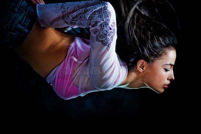 Mujer de la fantasía diveing a través del aire fotos de archivo