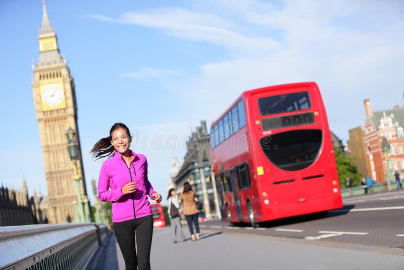 Mujer de la forma de vida de Londres que corre cerca de Big Ben foto de archivo libre de regalías