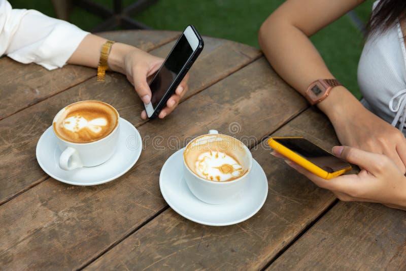 Mujer de la forma de vida de la ciudad del café en la consumición del teléfono imagen de archivo libre de regalías
