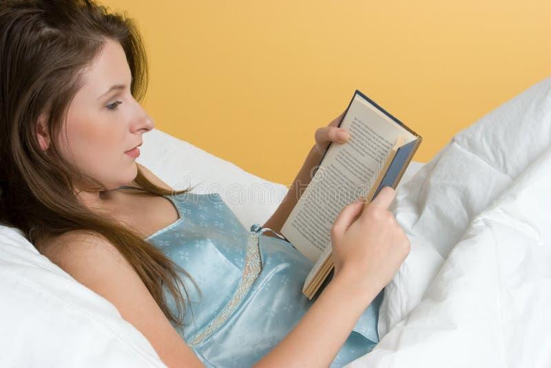 Mujer de la lectura imagen de archivo