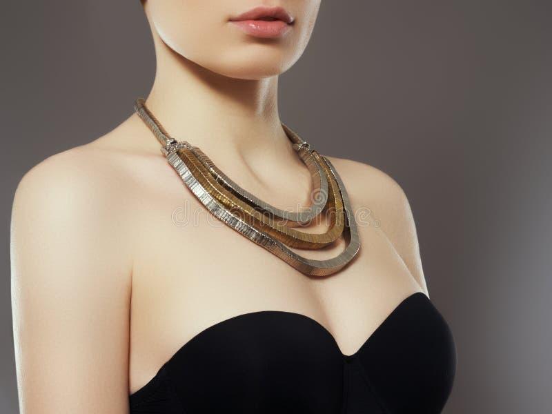 Mujer de la manera con joyería muchacha con la prohibición y la joyería de moda, pendientes, pulseras del pelo fotos de archivo libres de regalías