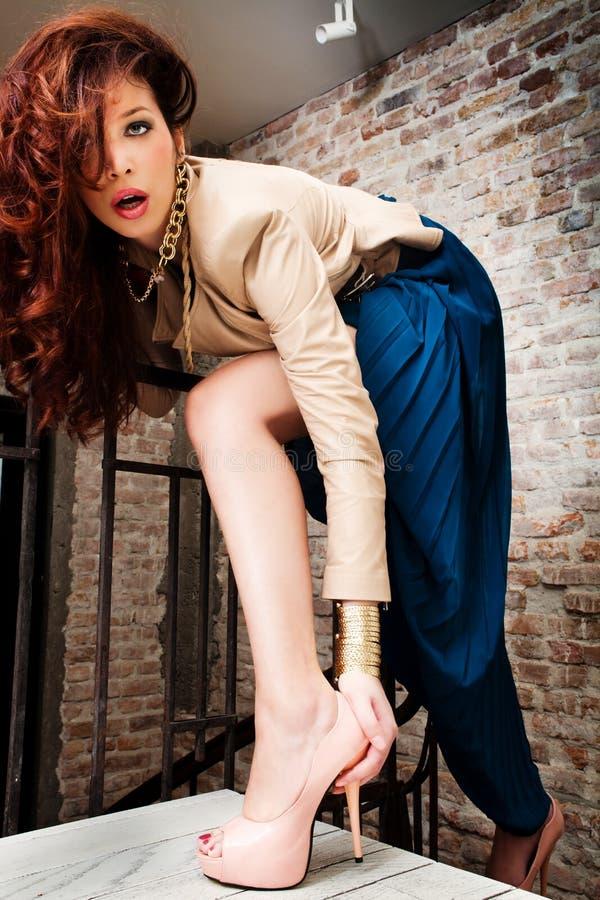 Mujer de la manera en las escaleras foto de archivo libre de regalías