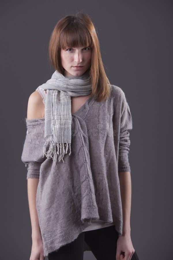 Mujer de la manera en suéter imagen de archivo